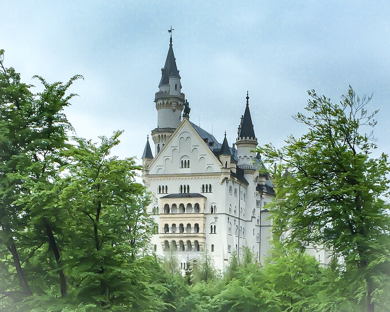 How to Travel the World 2020 - Virtual Tour of  Neuschwanstein Castle - Giddy Guest